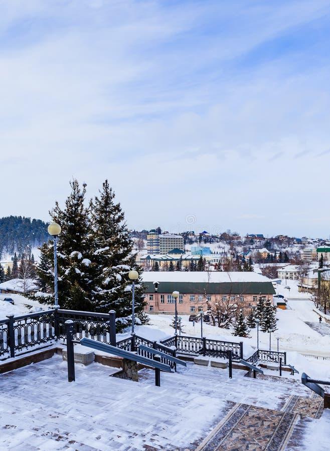 Regardez du ` de Rodnik Altai de ` de sanatorium d'escaliers à la station touristique de Belokurikha images stock