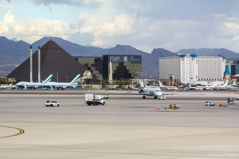 Regardez du terminal 1 à travers le macadam photos libres de droits
