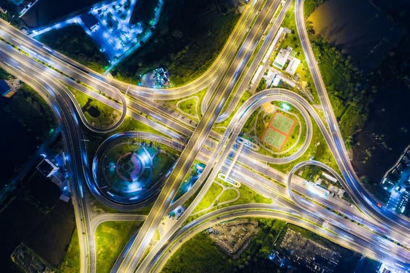 Regardez en bas de la vue au-dessus de la route la nuit sur l'autoroute urbaine et le moteur images libres de droits