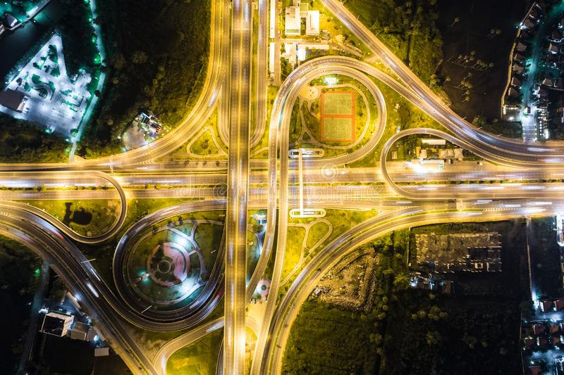 Regardez en bas de la vue au-dessus de la route la nuit sur l'autoroute urbaine et le moteur images stock