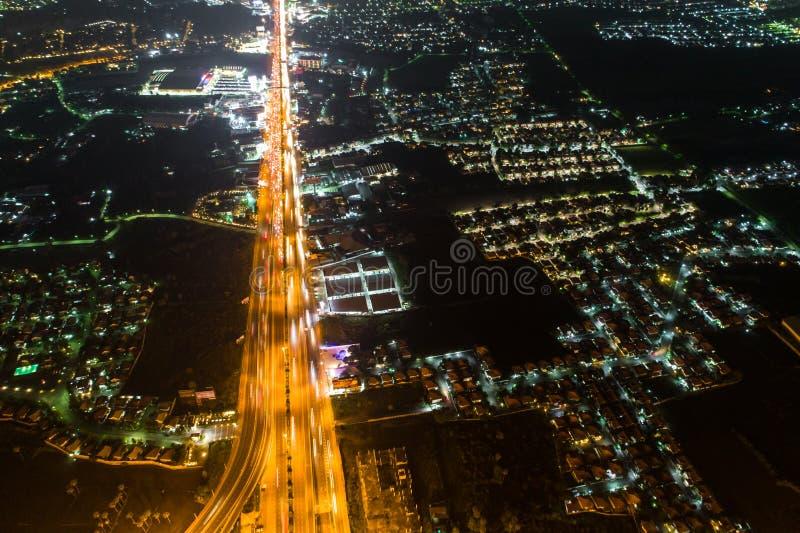Regardez en bas de la vue au-dessus de la route la nuit sur l'autoroute urbaine et le moteur image libre de droits