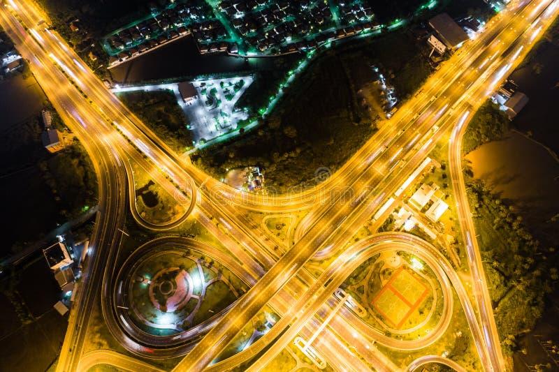Regardez en bas de la vue au-dessus de la route la nuit sur l'autoroute urbaine et le moteur photo libre de droits