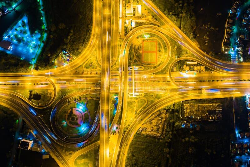 Regardez en bas de la vue au-dessus de la route la nuit sur l'autoroute urbaine et le moteur photographie stock