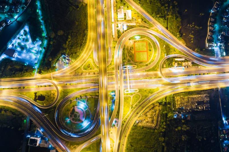 Regardez en bas de la vue au-dessus de la route la nuit sur l'autoroute urbaine et le moteur photos libres de droits