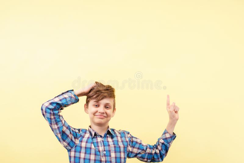 Regardez là garçon mignon se dirigeant vers le haut avec la main images libres de droits