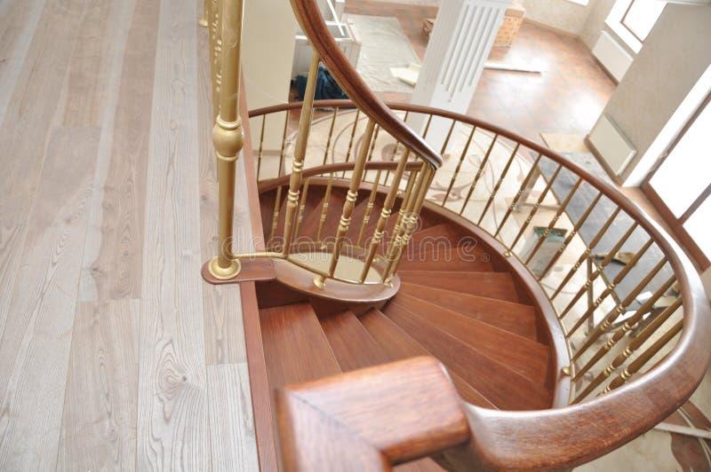 Regardez l'escalier en spirale d'en haut photos libres de droits