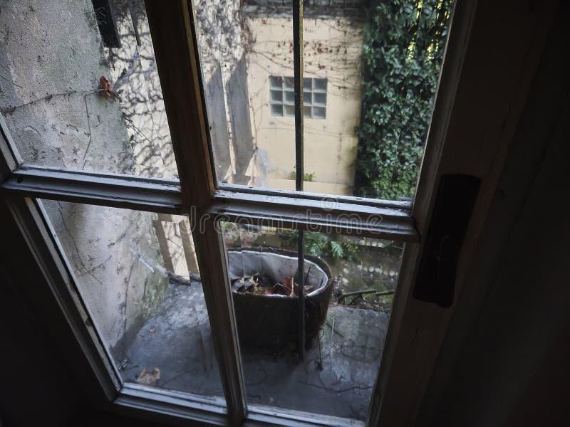 Regardez la fenêtre photographie stock libre de droits