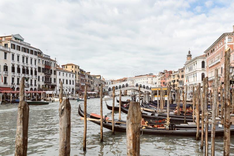 Regardez le canal grand et le pont de Rialto à Venise image stock