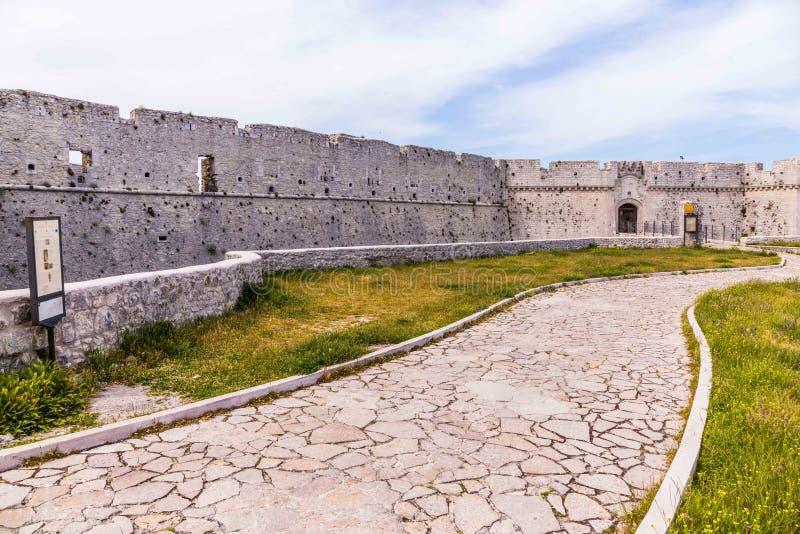 Regardez le château en ville d'Angelo de ` de Monte Sant, vieux village, dans Pouilles photographie stock libre de droits