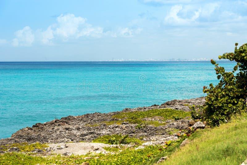Regardez le paysage marin dans Bayahibe, La Altagracia, République Dominicaine  Copiez l'espace pour le texte image libre de droits