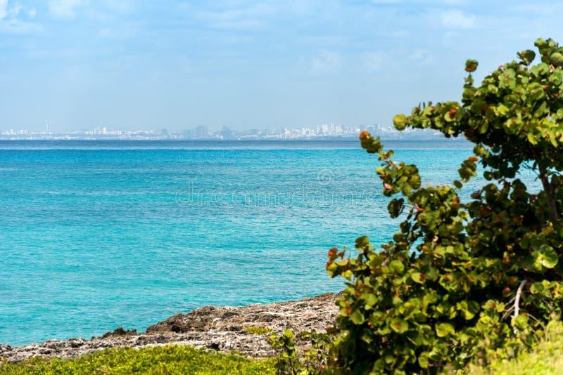 Regardez le paysage marin dans Bayahibe, La Altagracia, République Dominicaine  Copiez l'espace pour le texte images libres de droits
