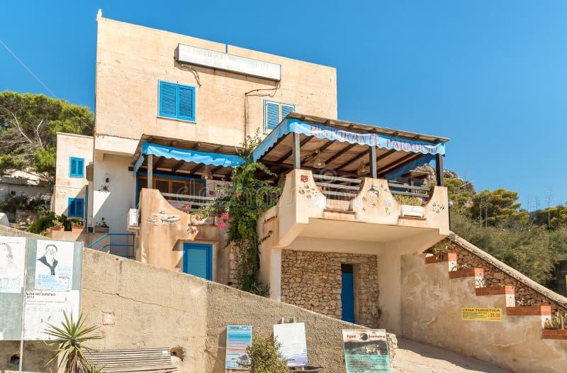 Regardez le restaurant unique de Paradiso sur l'île de Levanzo en mer Méditerranée de la Sicile photographie stock libre de droits