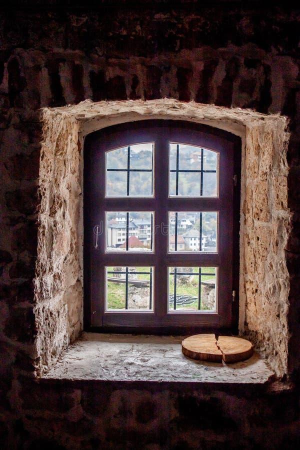 Regardez le trought la vieille fenêtre photos libres de droits