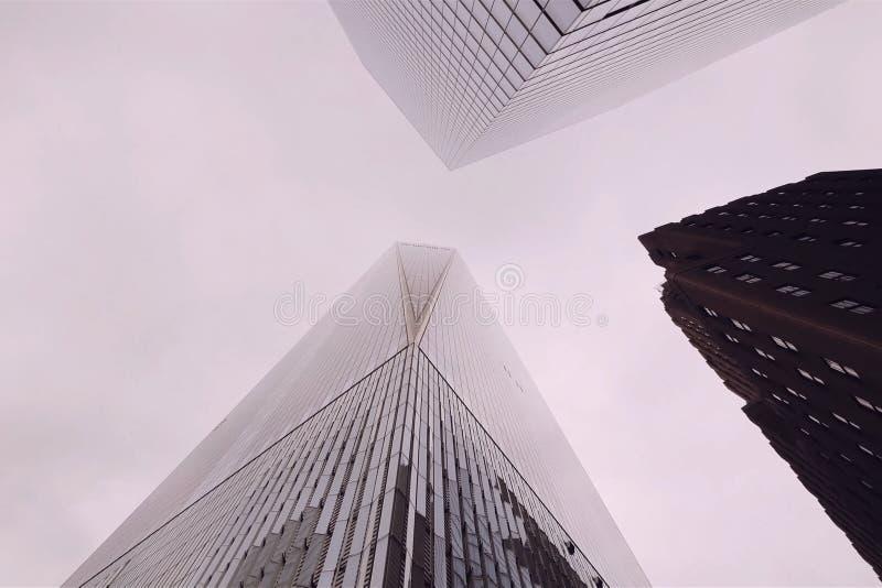 Regardez les gratte-ciel de New York Construction ayant beaucoup d'étages photo stock