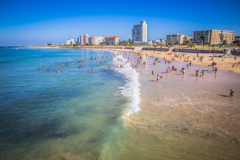 Regardez les personnes sur le bord de mer de plage de Port Elizabeth photographie stock libre de droits