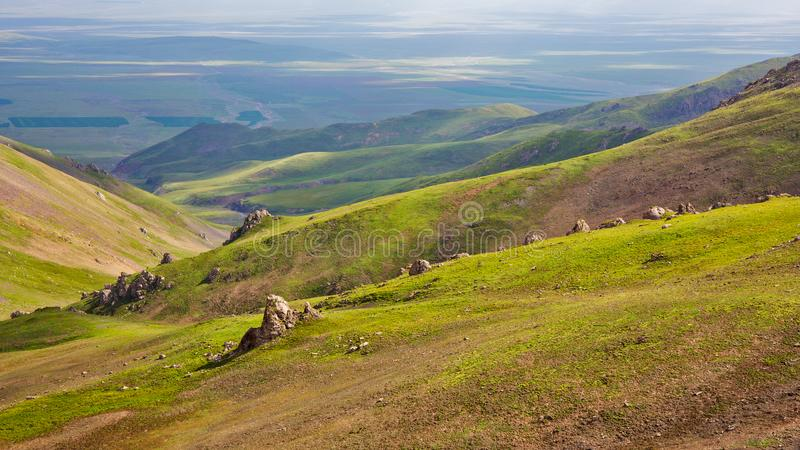 Regardez vers le bas du haut de la montagne photographie stock libre de droits