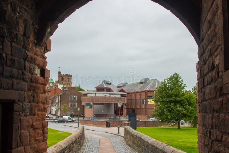 Regardez vers le centre de ville par la porte de château photos stock