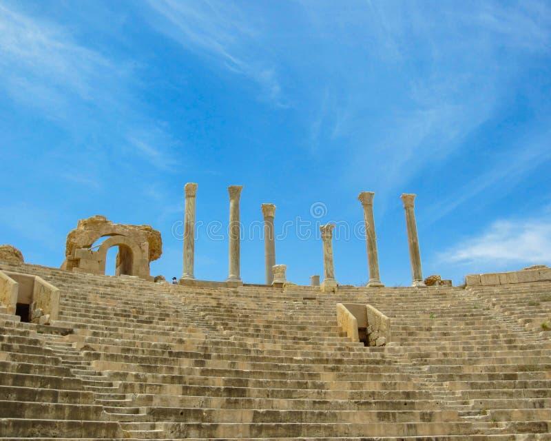 Regardez vers le haut des escaliers et des positions de visionnement aux colonnes contre le ciel au théâtre romain antique de Lep photo stock