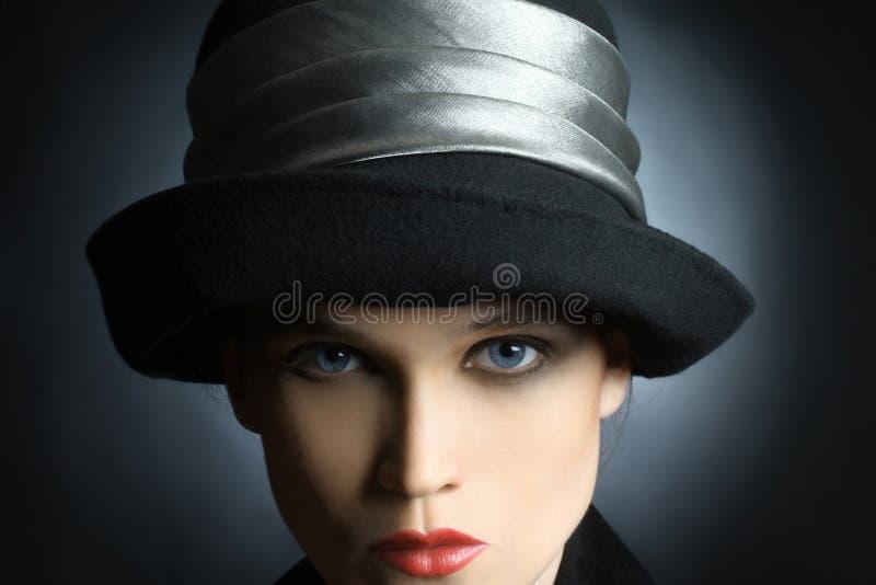 Regardez. Visage de femme dans le regard de chapeau images libres de droits