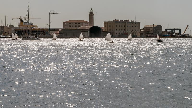 Regata de los barcos del optimista en el golfo de Trieste, Friuli Venezia Julia, Italia imagen de archivo libre de regalías