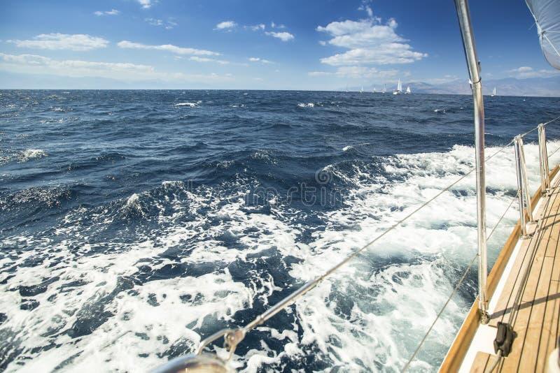Regatta di navigazione Il mare ondeggia dietro (con spazio per testo o il logo) immagini stock
