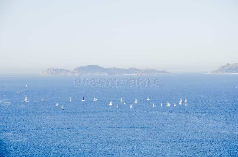 Regatta um die Cies-Inseln lizenzfreie stockfotografie