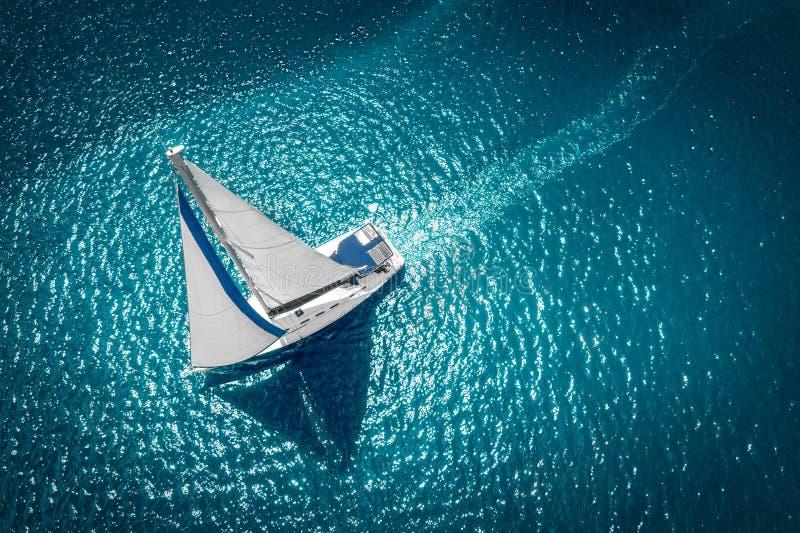 Regattasegelschiffyachten mit weißen Segeln in hoher See Vogelperspektive des Segelboots in windiger Zustand lizenzfreie stockfotos
