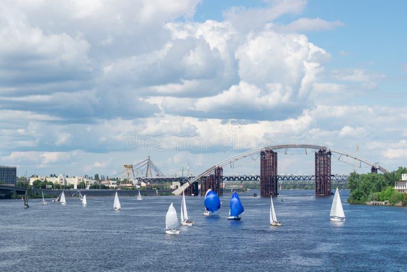 Regattawettbewerb auf Seeflusssegeljachten mit weißen Segeln und gennakers, reflektierte Himmel im Wasser stockbilder