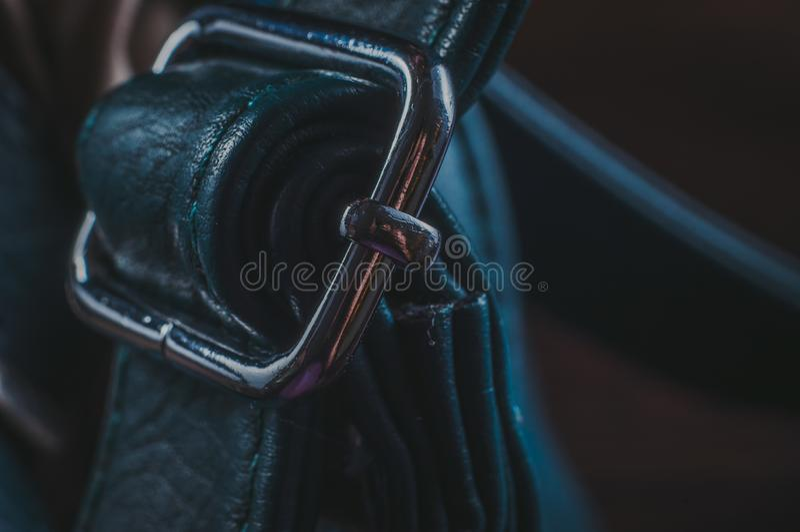 Regelbare riem op de zak met een speciaal ijzerbaken stock foto's