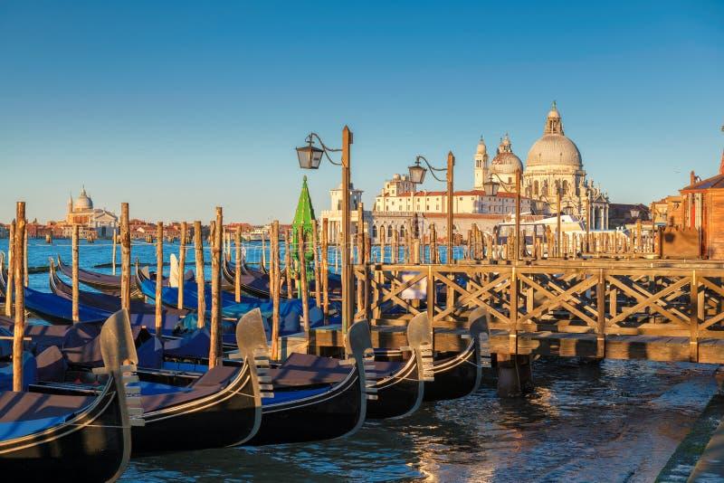 Regelen de traditionele Gondels van Venetië op Kanaal Grande op San Marco bij zonsopgang, royalty-vrije stock foto's