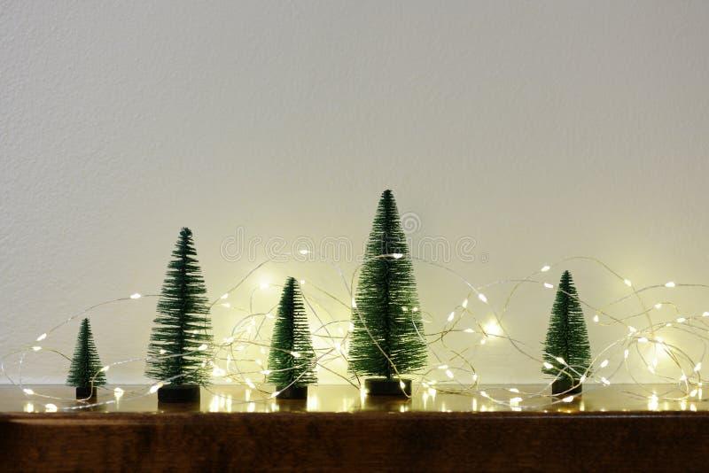 Regeling van kleine Kerstmisbomen stock afbeeldingen