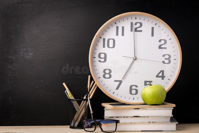 Regeling van klok en schoollevering royalty-vrije stock afbeeldingen