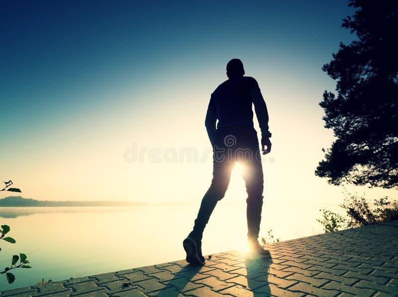 Regelmäßiger Lauf am See Mannseitentriebssprinten im Freien in der szenischen Natur stockfotografie