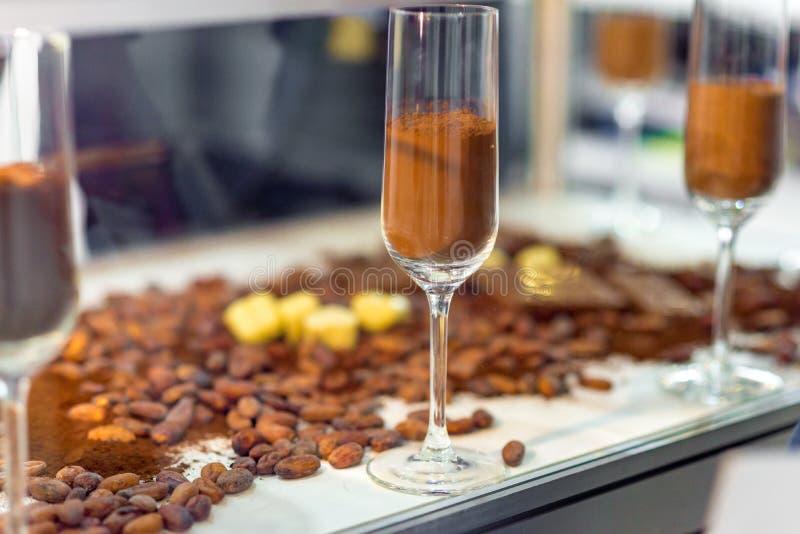 Regelmatig en alkalised cacaopoeder met darchocolade, in glaskruiken met deksels stock afbeelding