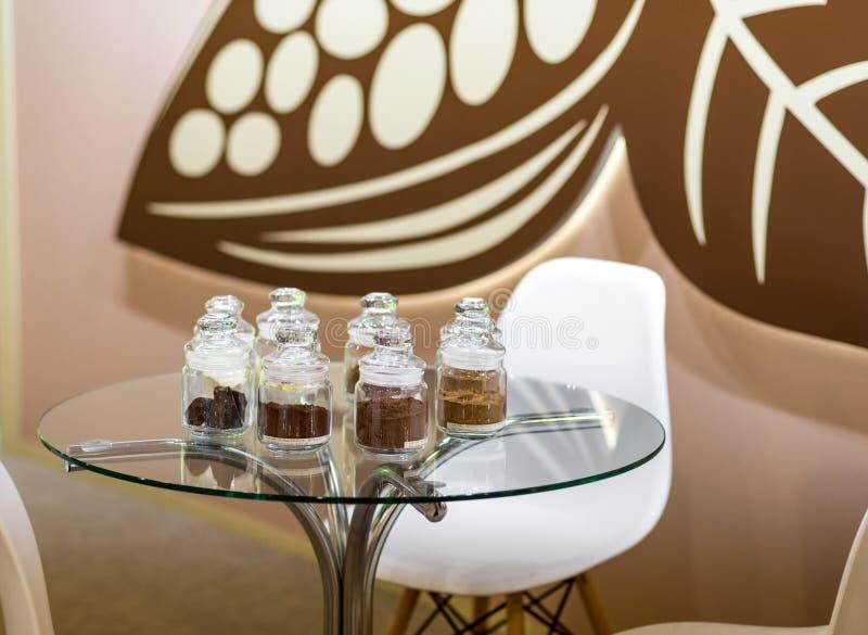 Regelmatig en alkalised cacaopoeder met darchocolade, in glaskruiken met deksels royalty-vrije stock fotografie