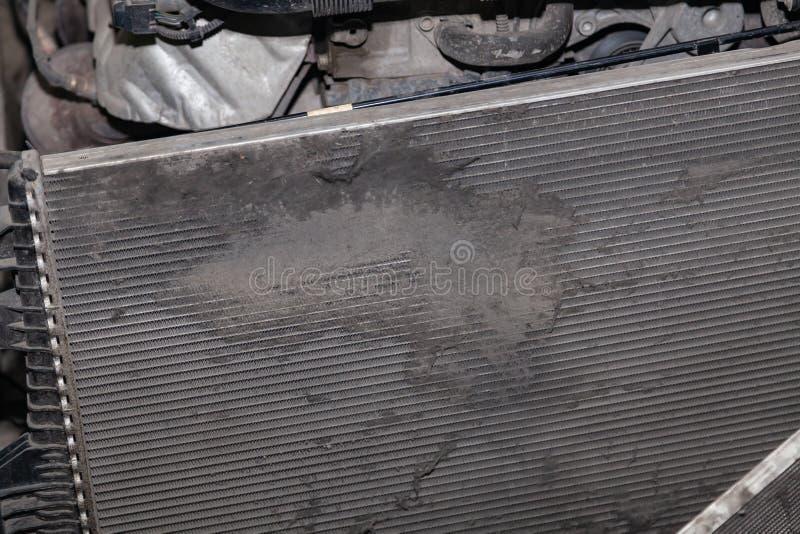 Regelmatige onderhoud en reparatie van de auto na defect in het airconditioningssysteem en motor koelen wegens het aluminium stock afbeeldingen