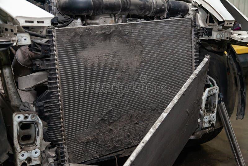 Regelmatige onderhoud en reparatie van de auto na defect in het airconditioningssysteem en motor koelen wegens het aluminium royalty-vrije stock afbeelding