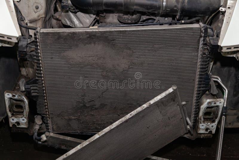 Regelmatige onderhoud en reparatie van de auto na defect in het airconditioningssysteem en motor koelen wegens het aluminium royalty-vrije stock fotografie