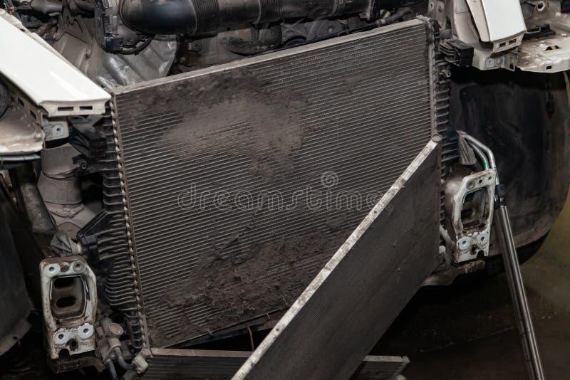 Regelmatige onderhoud en reparatie van de auto na defect in het airconditioningssysteem en motor koelen wegens het aluminium royalty-vrije stock foto