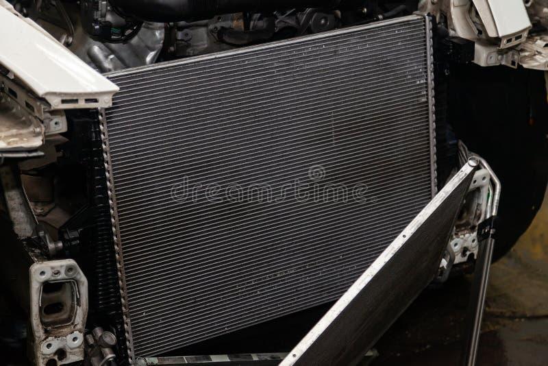Regelmatige onderhoud en reparatie van de auto na defect in het airconditioningssysteem en motor koelen wegens het aluminium stock afbeelding