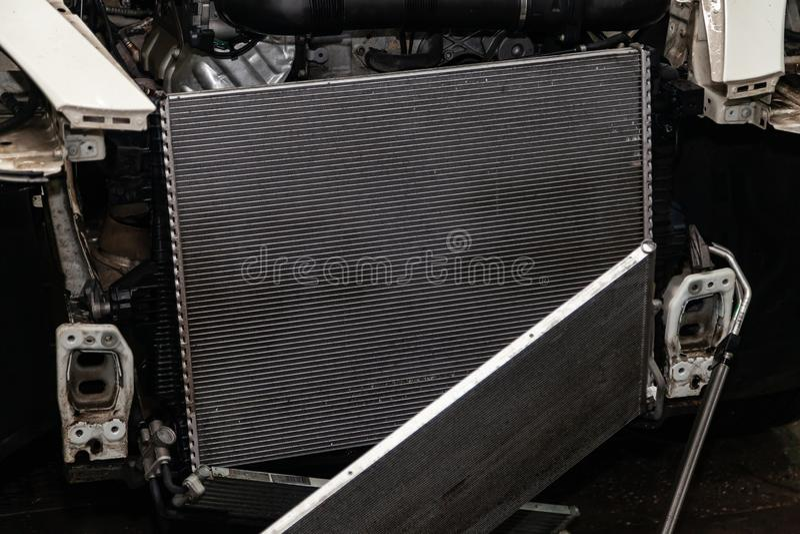 Regelmatige onderhoud en reparatie van de auto na defect in het airconditioningssysteem en motor koelen wegens het aluminium stock foto
