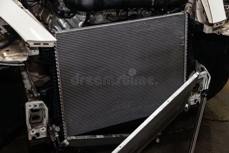 Regelmatige onderhoud en reparatie van de auto na defect in het airconditioningssysteem en motor koelen wegens het aluminium stock fotografie
