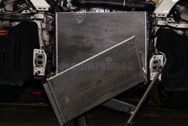 Regelmatige onderhoud en reparatie van de auto na defect in het airconditioningssysteem en motor koelen wegens het aluminium royalty-vrije stock afbeeldingen