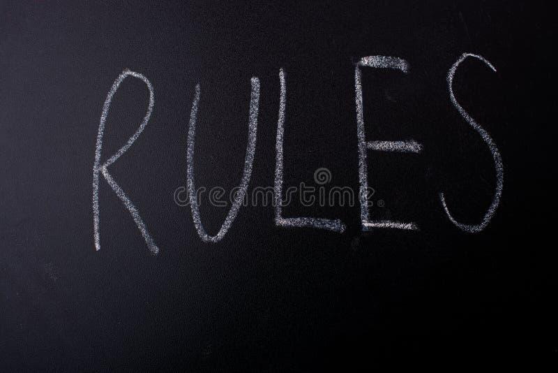 Regels met krijt op bord worden geschreven dat royalty-vrije stock foto