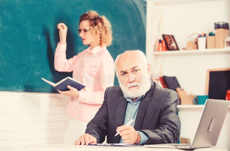 Regelschulunterricht Bildung ist ein Prozess der Erleichterung des Lernens oder Erwerbs von Kenntniskenntnissen Werte Überzeugung stockbild