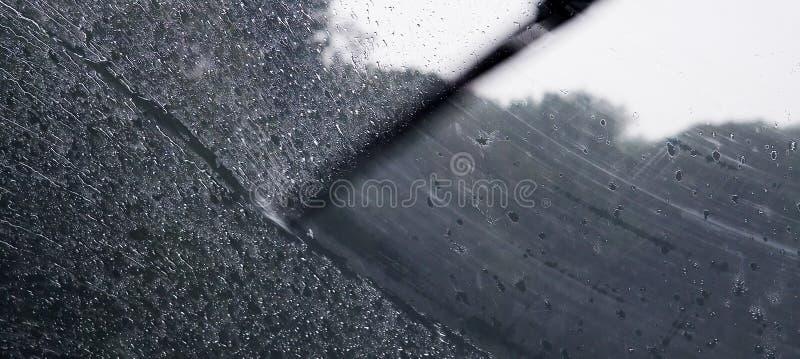 Regen auf Autofenster stockfotos