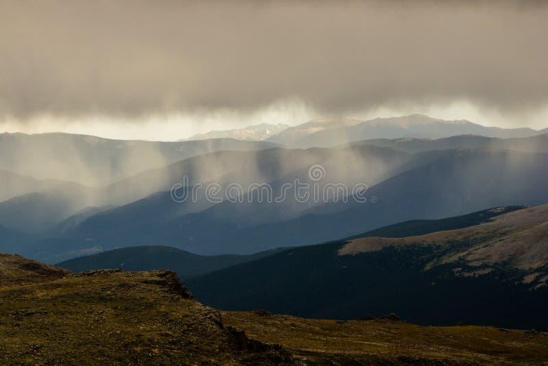 Regen auf Colorado-Bergen stockfotos