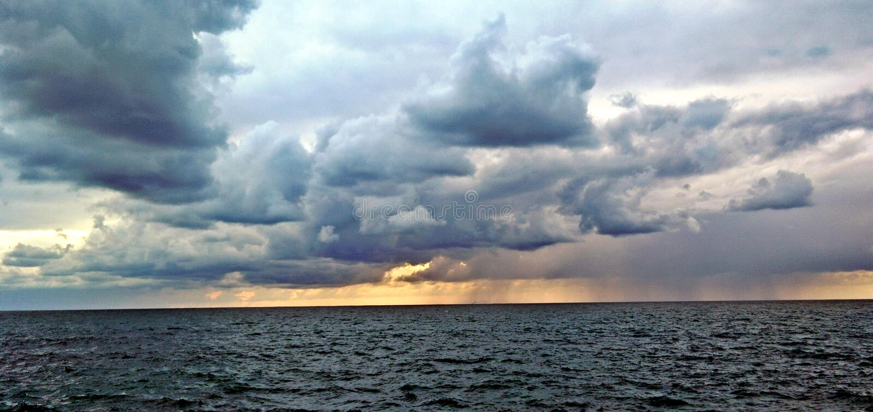 Regen auf dem Meer lizenzfreies stockbild