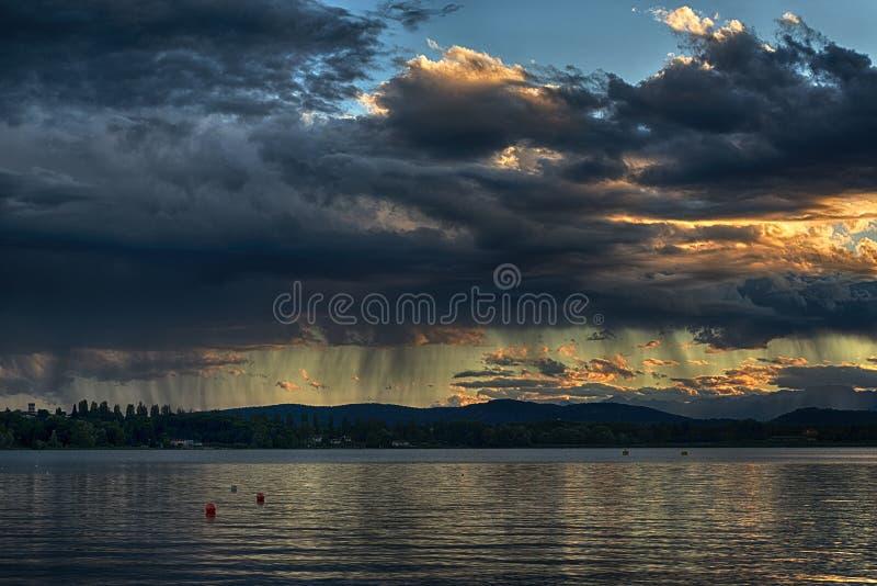 Regen bei dem Sonnenuntergang lizenzfreies stockfoto