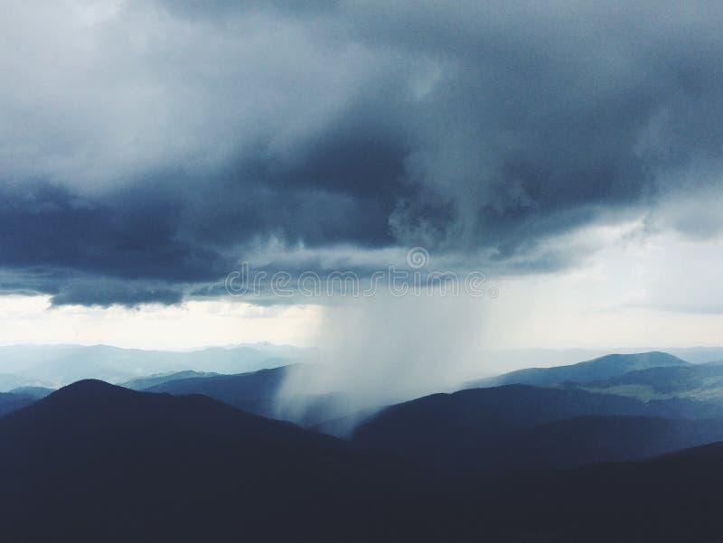 Regen in bergen stock fotografie